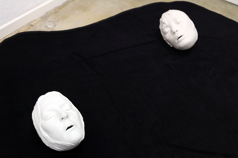 ©Takakazu Takeuchi - Sleeping Heads, Porcelain and carpet, 5x5', 2003